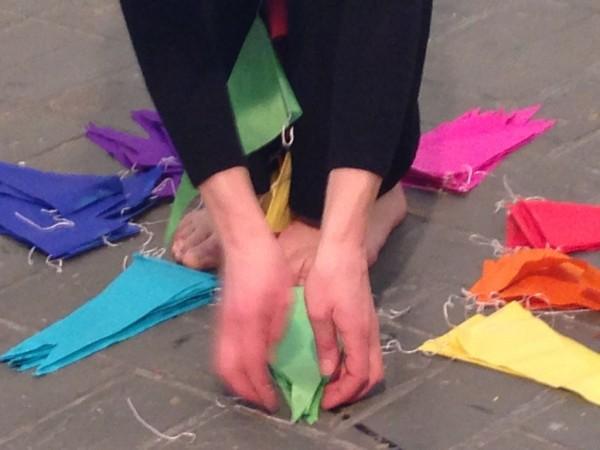 de met slingers versierde kille koffiezaal Performance with eight paper chains, pair of scissors and a moonhopper, Duration performance: 16 minutes, MAAS/ Nijmegen 2014 photo by Lineke Hardus