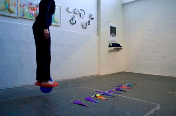 de met slingers versierde kille koffiezaal Performance with eight paper chains, pair of scissors and a moonhopper, Duration performance: 16 minutes, MAAS/ Nijmegen 2014 photo by Ans Verdijk